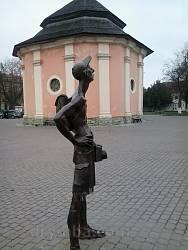 Кам'янець-Подільський. Пам'ятник туристу на фоні криниці