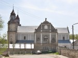 Дзвіниця монастиря бернардинів на фоні костелу