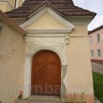 Церква Різдва Богородиці в Рогатині. Бічні ворота з оборонною вежечкою