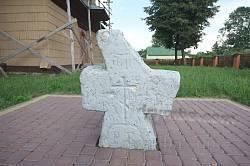 Старый крест возле церкви Собора Богородицы в Батятичах