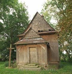Тадані. Фасад дерев'яного костелу