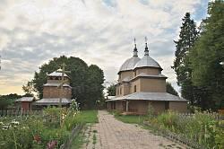 Тадані. Дерев'яна церква та дзвіниця