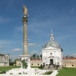 Корінфська колона та каплиця св.Яна Непомука у Підкамінському монастирі