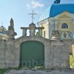 Підкамінь. Брама каплиці св. Параскеви зі скульптурами
