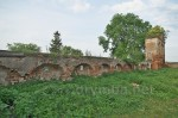 Стена и колокольня костела в Тартакове