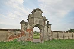 Ворота и стены костела св.Архангела Михаила