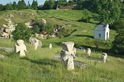Козацькі могили у Підкамені. Вдалині каплиця св. ап. Юди Тадея