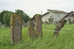 Цвинтар займає проміжок у житловій забудові