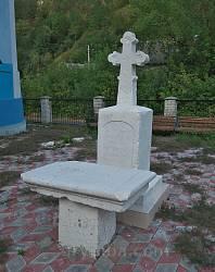 Старий хрест біля храму