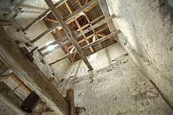 Верхня частина та дах дзвіниці