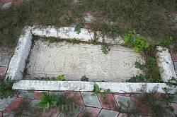 Древнє поховання священика храму Григорія