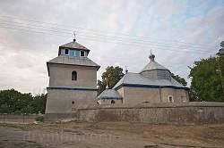 Старий мур з південного боку храму
