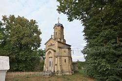 Каплиця-мавзолей де Марко у Репужинцях. Видно вхід у крипту
