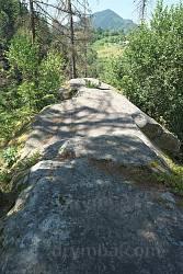 На верхівці скелі