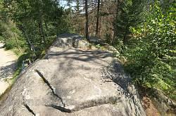 Скеля зверху майже плоска