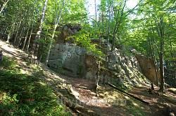 Скелі навколо нижнього майданчика
