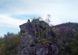 На вершині скелі