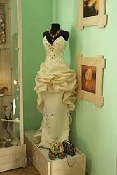 Сукня, оздоблена бурштином