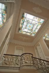 Вікно з вітражем у стелі над сходами