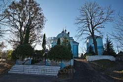Загальний вигляд церковної території. Справа частина старого муру