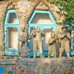 Будинок зі скульптурами Віктора Комісаренка (передмістя Яківці, м.Полтава)