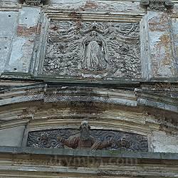 Рельефы Коронование Девы Марии и Бог Отец на фасаде