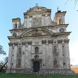 Фасад костелу Пресвятої Трійці. Склеєно з двох кадрів