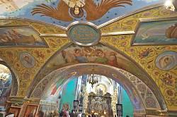 Росписи у входа 2