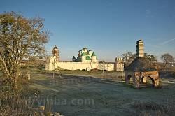 Вид на монастир і піч з висоти оборонного валу