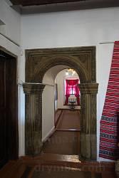 Розкішний різьблений дверний портал