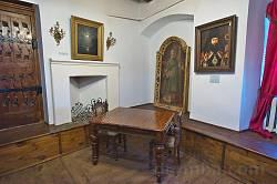 Старовинні меблі та картини
