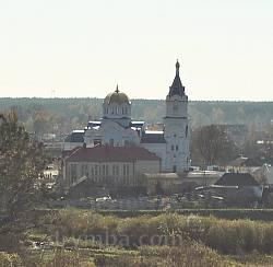 Вид на Воскресеньску церкву з Острозького замку