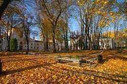 Парк Острозької академії восени