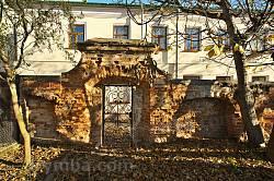 Старовинна хвіртка у мурі