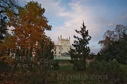 Парк на тлі палацу