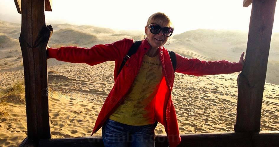 Дівчина у пустелі
