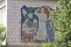 Мозаїка радянських часів на стіні одного з корпусів