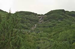 Вид на водоспад від підніжжя