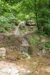 Водоспад біля туристичної стоянки