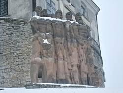 Статуи перед замком