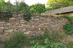 Стена из красного подольского песчаника