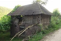 Старинная хозяйственная постройка из камня и дерева