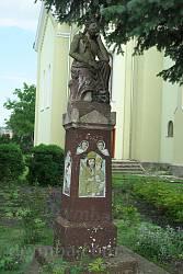 Фіґура Ісуса Христа біля церкви