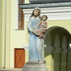 Фіґура Богородиці біля церкви