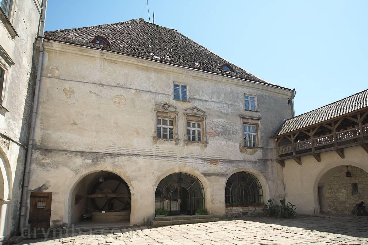 Вид со двора на южную часть замка