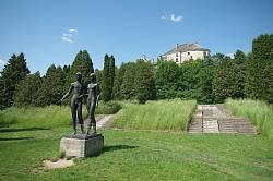 Современные скульптуры в замковом парке