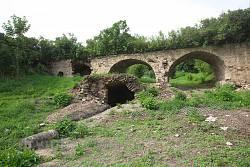 Каменный мост и пещера с источником