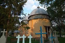 Церква оточена цвинтарем