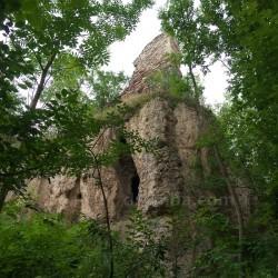 Скала и пещера (ниже замка,  с.Раковец, Ивано-Франковская обл.)