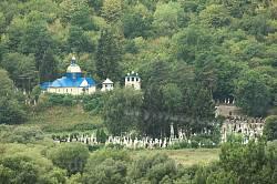 Вид на церкву та цвинтар з протилежного пагорба